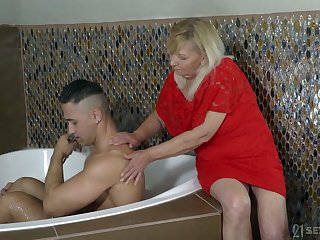 Mature chubby hellacious streetwalker Irene gets her disgusting cunt fucked in sideways fa