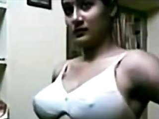 Indian Beautiful Women Exhibiting a resemblance Boobs!!